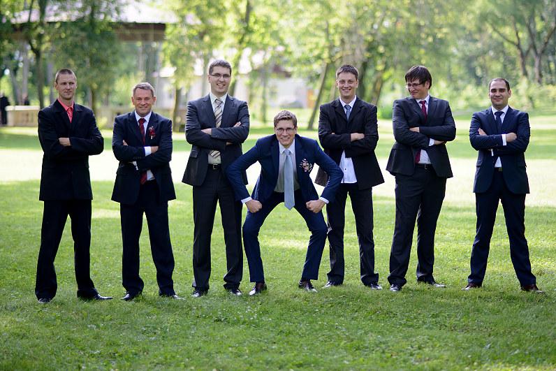 linksma nuotaikinga vestuvinė fotosesija su pabroliais