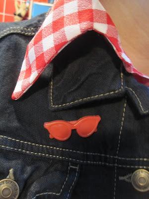 red sunglasses brooch 80s 1980 années 80 broche lunette de soleil vintage