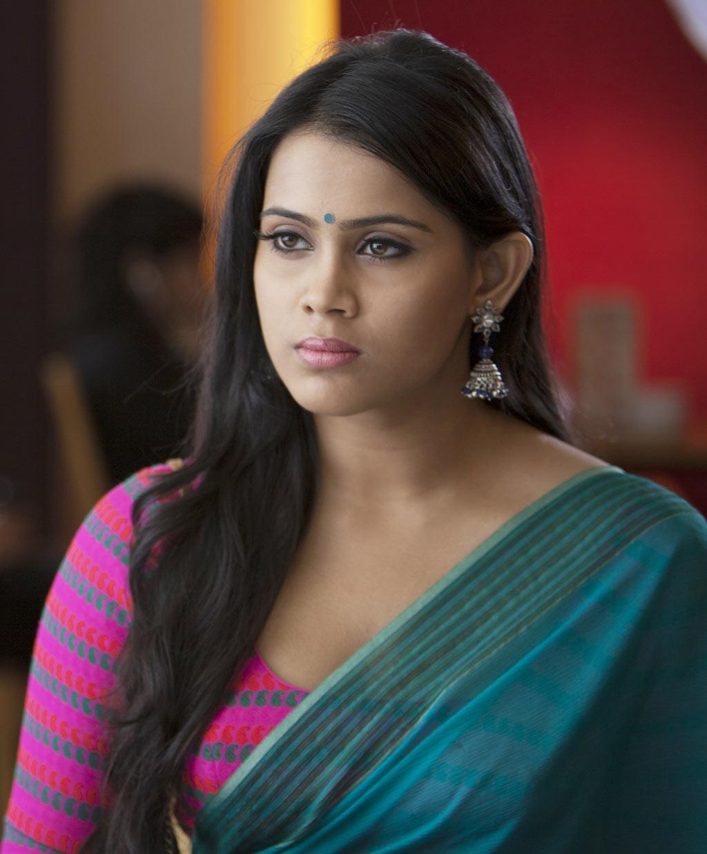 Yaan Movie Stills Parvathy Nair Hot Navel Hd