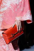Продълговата чанта клъч с катарама на Gucci