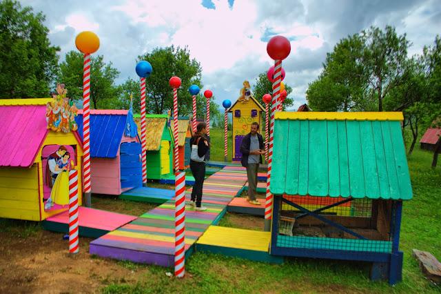 Детская площадка в Этно деревне в Черногории