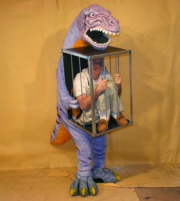 Dinosaurio Con Un Hombre En Una Jaula