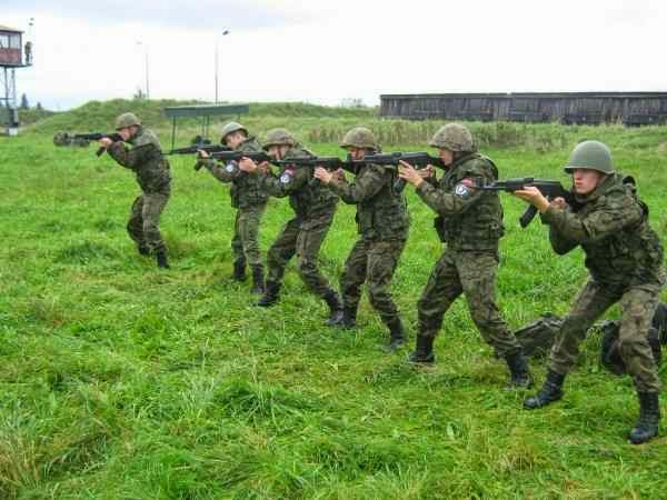 De olho na agressão russa, civis poloneses integram milícias civis de defesa..
