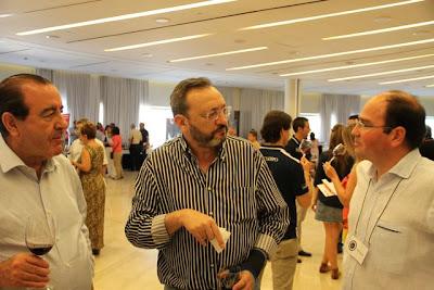 Jaime Comenge y a su enólogo Rafael Cuerda, acompañados de Juan Fernández Cuesta. BLOG ESTEBAN CAPDEVILA