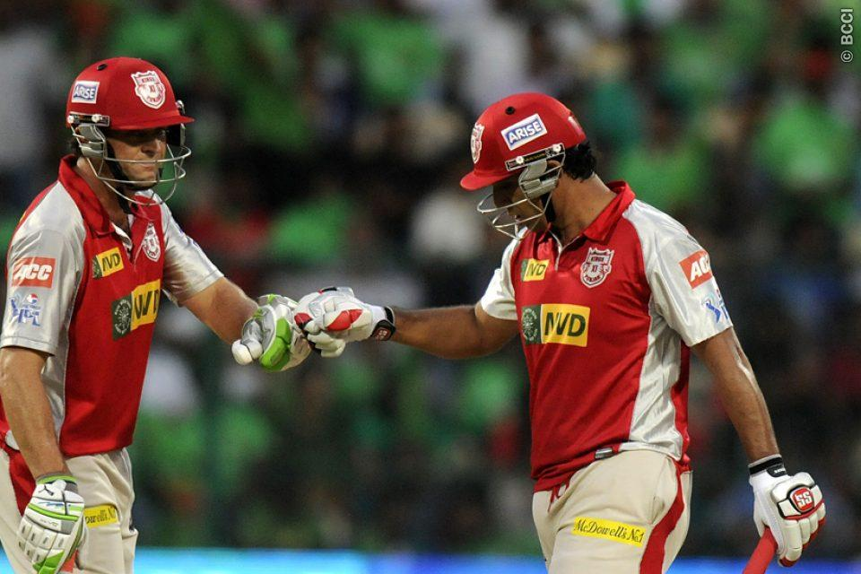 Adam-Gilchrist-Azhar-Mahmood-RCB-vs-KXIP-IPL-2013