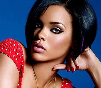Rihanna mavi siyah saç rengi ve küt saç kesimi ile oldukça şık, moderk ve kışkırtıcı bir görünüme sahip olmuş aynı zamanda yine iddialı görünümünü korumuştur.