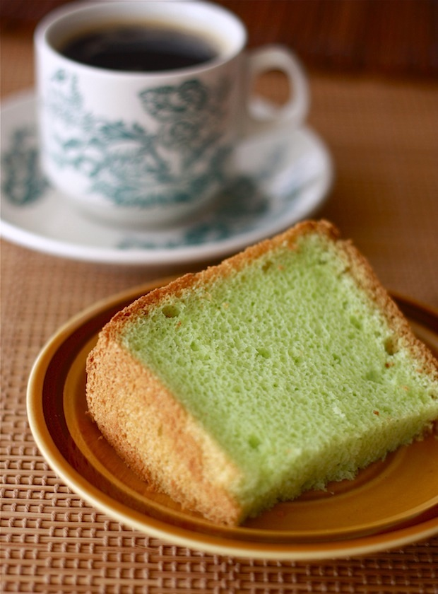 Natural green dye from pandan leaves (screwpine) to make green chiffon cake
