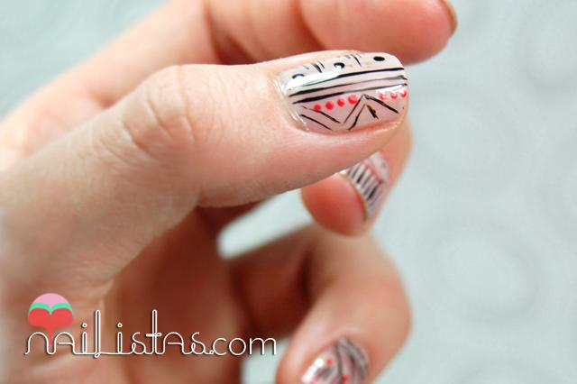 Uñas cortas decoradas con motivos tribales // 31 días 31 manicuras