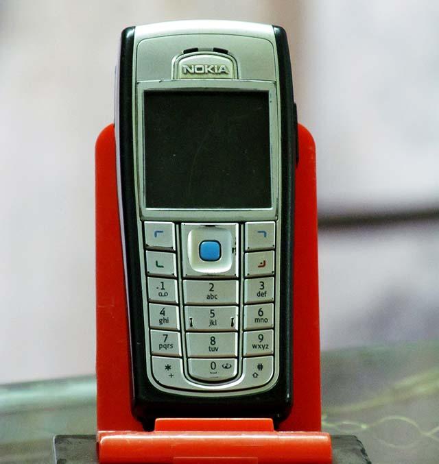 Nokia 6230 6230i  giá 300k điện thoại nghe nhạc cực đỉnh điện thoại nghe gọi nokia giá rẻ ở Hà Nội Cần bán điện thoại cũ giá rẻ ở Hà Nội Bán nokia 6230/ 6230i đầy đủ tính năng giải trí đa phương tiện, dòng máy nghe nhạc mp3 cực hay, có hỗ trợ thẻ nhớ, camera 1.3, chụp ảnh quay video nghe nhạc xem phim, radio FM đầy đủ, có bluetooth, gprs edge java cài đặt thêm phần mềm và game, opera mini chơi facebook thoải mái. Điện thoại nokia cũ giá rẻ chống cháy nghe gọi nghe nhạc Máy nguyên bản, không lỗi lầm, nghe gọi tốt, sóng khỏe, phím êm, loa to không rè, màn sáng đẹp, không ố điểm chết. Hình thức khá đẹp.  Giá: 350.000 Liên hệ: 0904.691.851