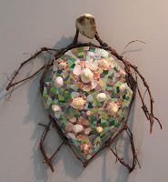 création d'une mosaïque en forme de tortue luth avec branches de vigne pâte de verre faïence coquillages mécanisme d'horloge par mimi vermicelle