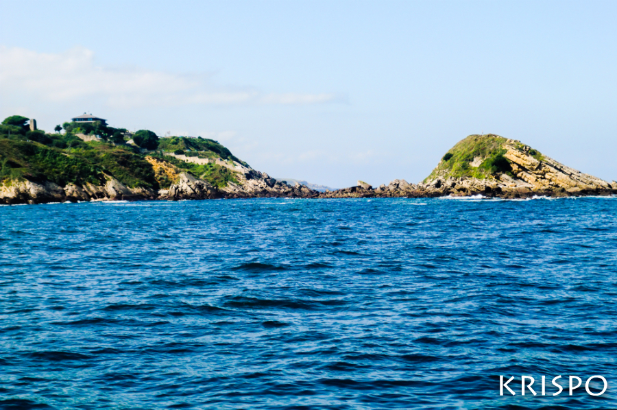isla de amuitz de hondarribia desde el mar