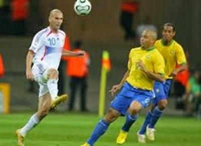 Zidane encobre Ronaldo na eliminação do Brasil para França copa do mundo 2006