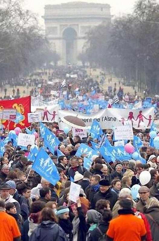 Multidões em Paris pelo casamento tradicional