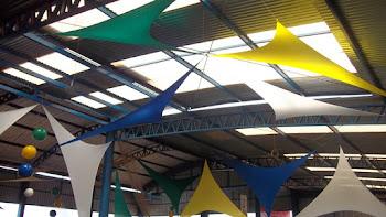 Decoração com malha tensionada e bolas de vinil. Verde, Amarelo, Azul e Branco