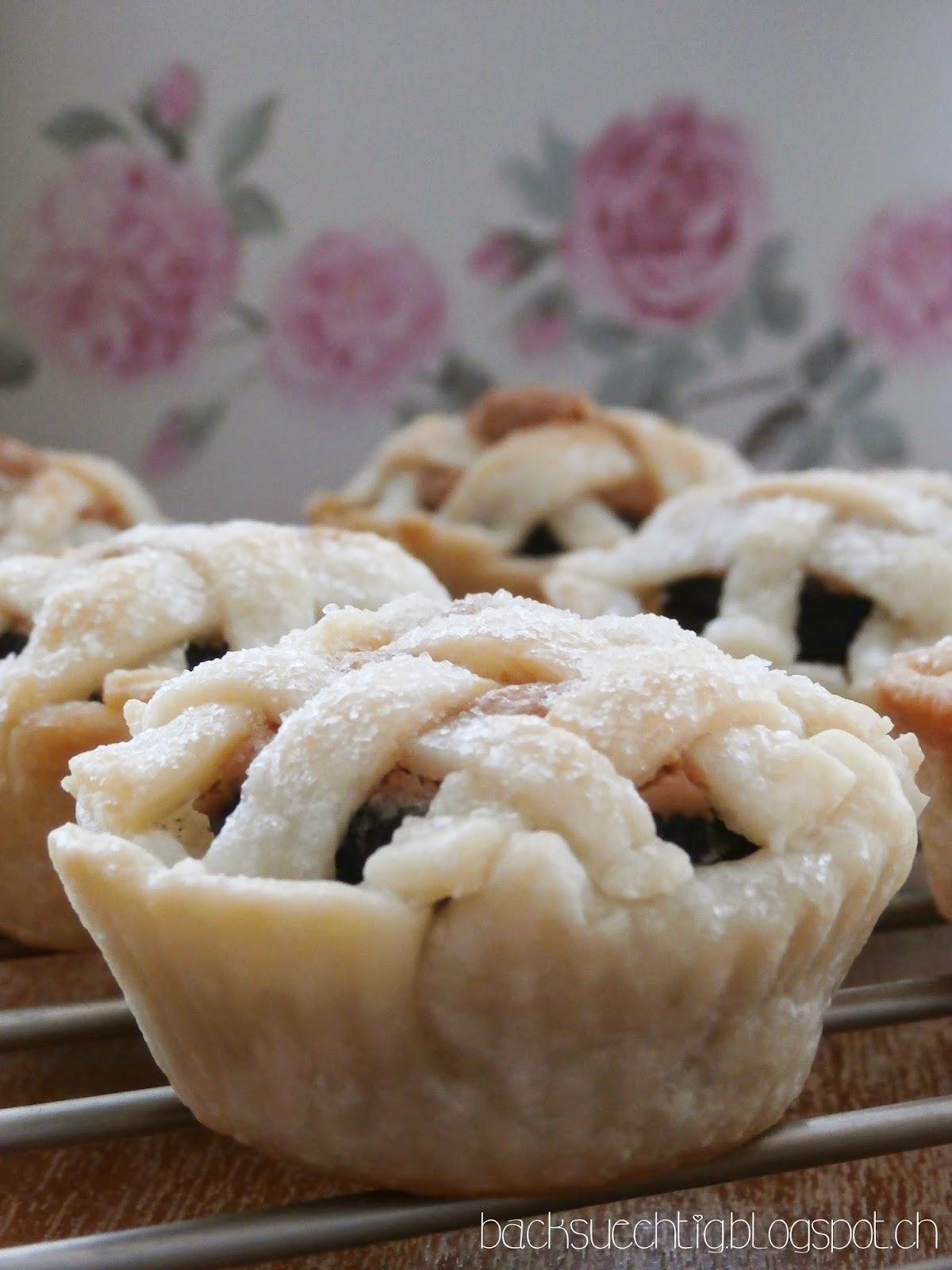 backsüchtig: Oreo and Peanut Butter Layered Baby Lattice Pies