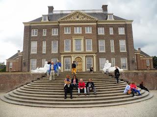 Fotografia dos participantes na escadaria do palácio, no lado do Jardim