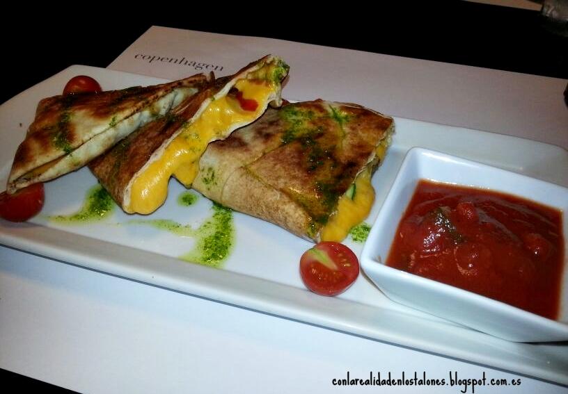 Quesadillas con pan libanés - seitán adobado y verduras de temporada acompañado de mojo casero.