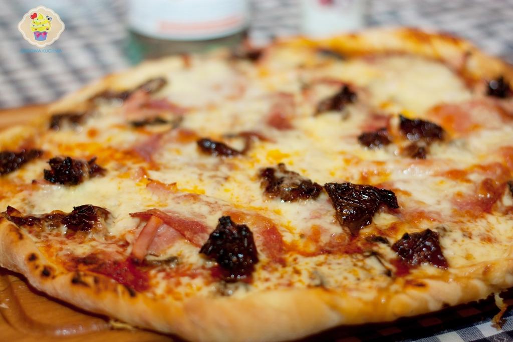 pizza na cienkim cieście, pizza z suszonymi pomidorami, pizza po włosku