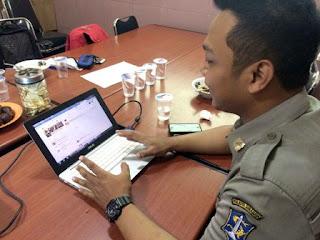 anggota satpol menunjukan akun twitternya
