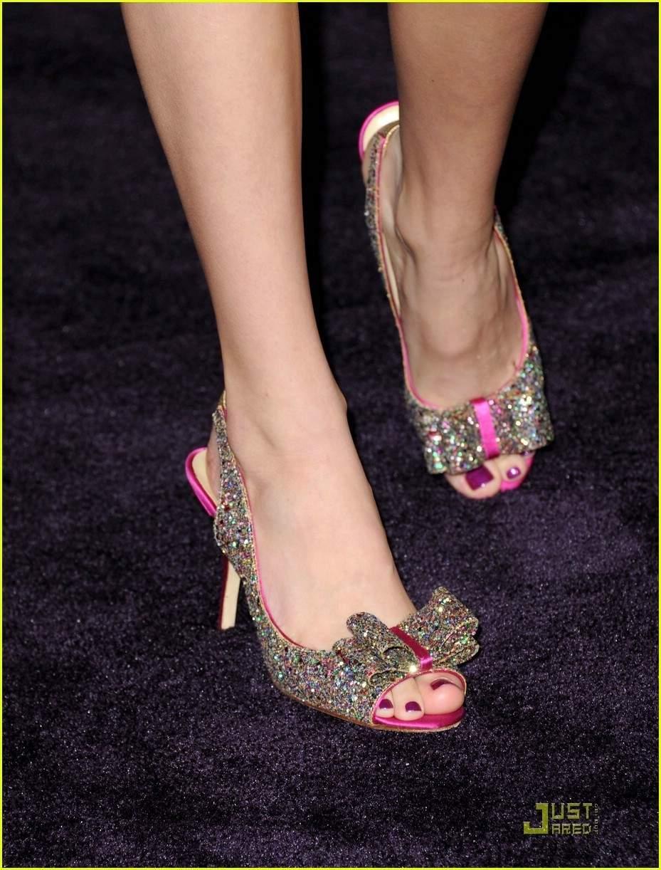 Bella Thorne Legs and Feet