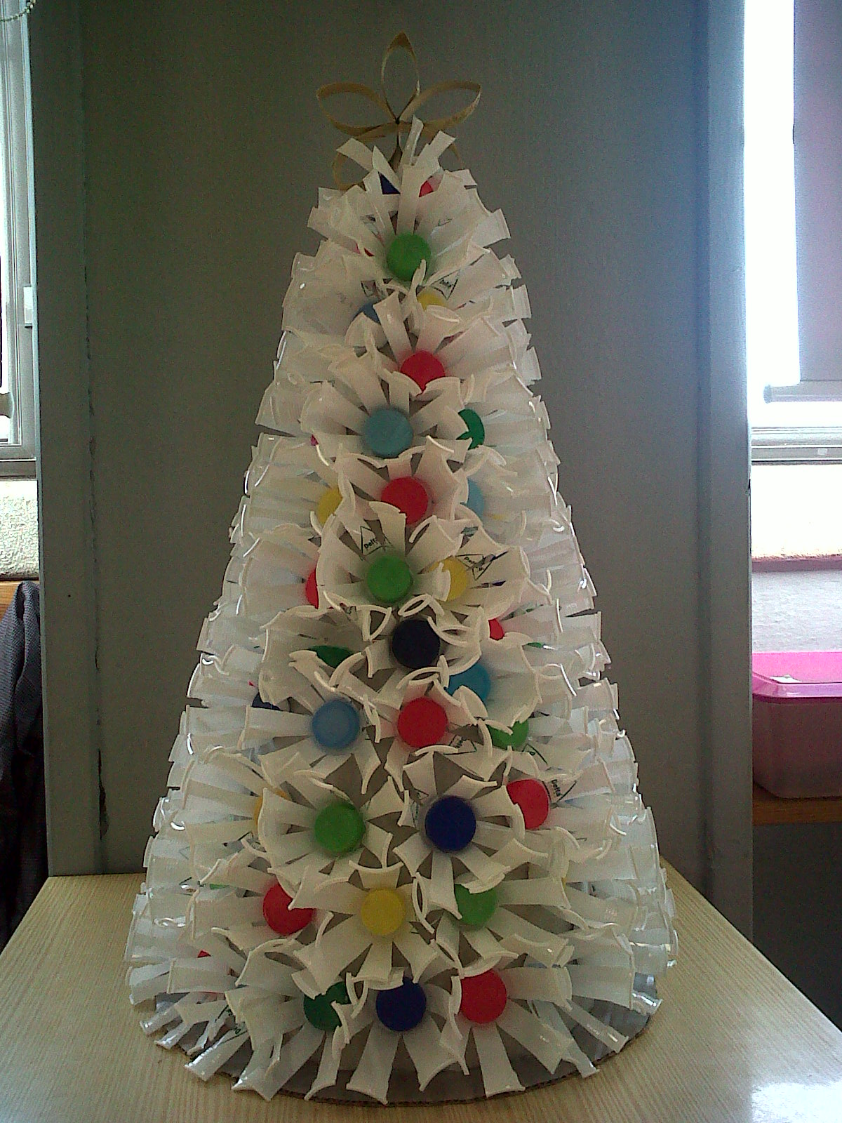 Biblioteca escolar e b 1 n 4 loul concurso natal reciclado for Bolas de navidad recicladas