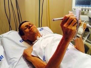 Paciente escreve em caderno; ele chegou a ser colocado em saco fúnebre. (Foto: Acervo Pessoal)