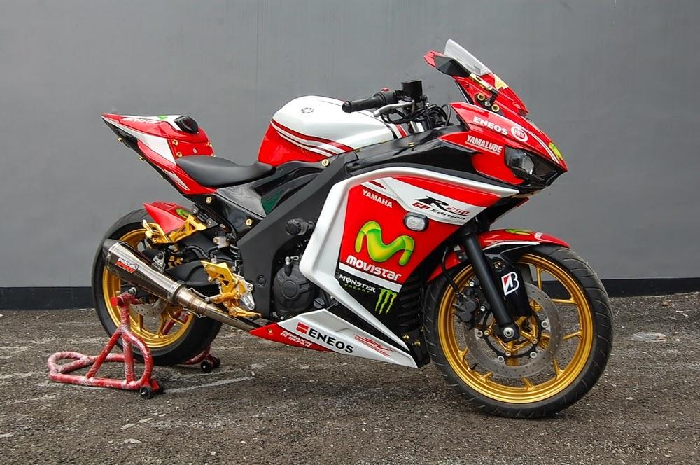 otoasia.Net - Modifikasi motor sport 250cc Yamaha R25 garapan Sentral Variasi tampil semakin garang setelah mengadopsi inspirasi dari tim balap Yamaha MotoGP. Tampilannya dipermak dengan mencomot tunggangan Yamaha racing 600cc, YZF-R6 dan 1000cc, YZF-R1.