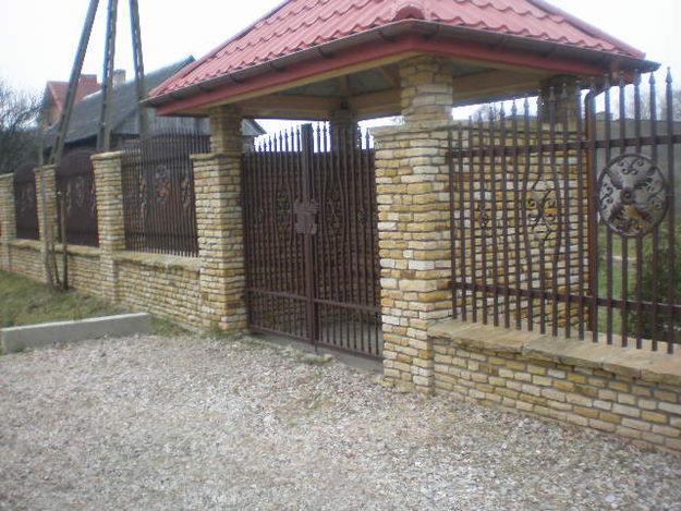 Natursteinzauene mit Elementen bearbeitetem Metall-und Gate-Kappe