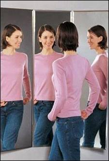 اكتشفي شخصيتك من طريقة خلعك للملابس - امرأة تنظر الى المرآة - مرآة - woman look at mirror
