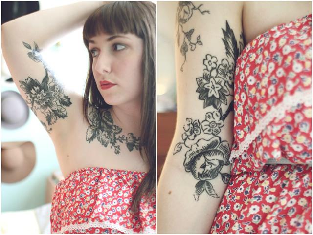 Tatuagem feminina no braço flores linhas pretas Black work