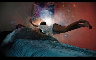 """O sonho é uma manifestação do inconsciente que possui diversos significados dependendo do ponto de vista de cada um. Para algumas pessoas, eles podem ter um sentido de premonição ou revelação. Para outras, o sonho pode ser a expressão de um desejo reprimido. Há ainda quem acredite que sonhos são manifestações do espírito, que """"sai"""" do corpo durante o sono. Enquanto dormimos, o nosso cérebro não para de trabalhar, e é por isso que podemos ter vários sonhos em uma mesma noite."""