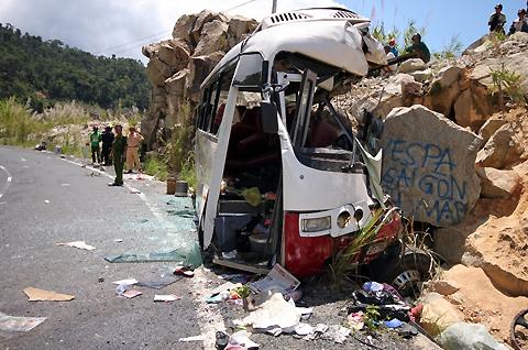 Hiện trường vụ xe đâm vào vách núi