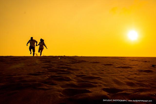 foto prewedding di jogja dengan suasana sunset di gumuk pasir yogyakarta