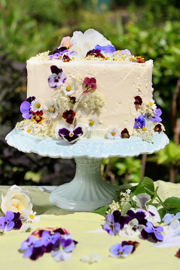 Decorating A Cake With Edible Flowers : Amelie s House: Decorating cakes with real flowers