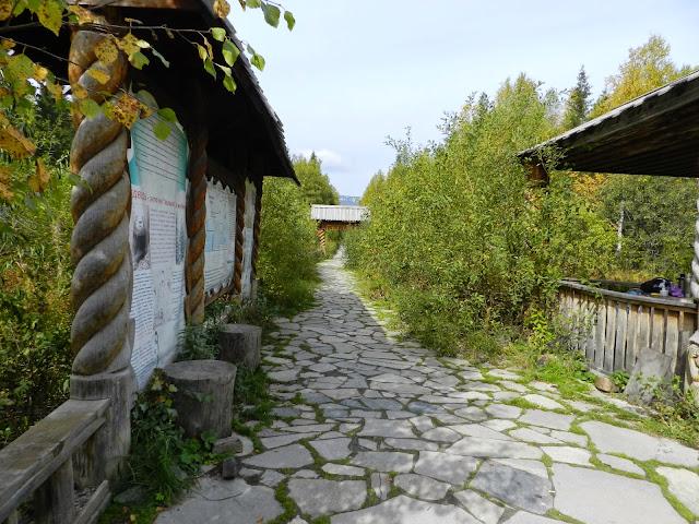 Информационные стенды и беседка у начала тропы на хребет Зюраткуль