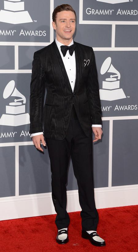 Джъстин Тимбърлейк на Грами 2013 в черен костюм на Том Форд с бяла риза и папионка