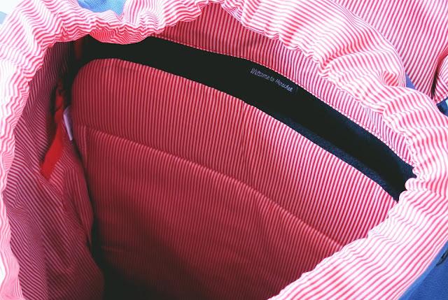parte interna da mochila herschell supply & co azul com listras de couro