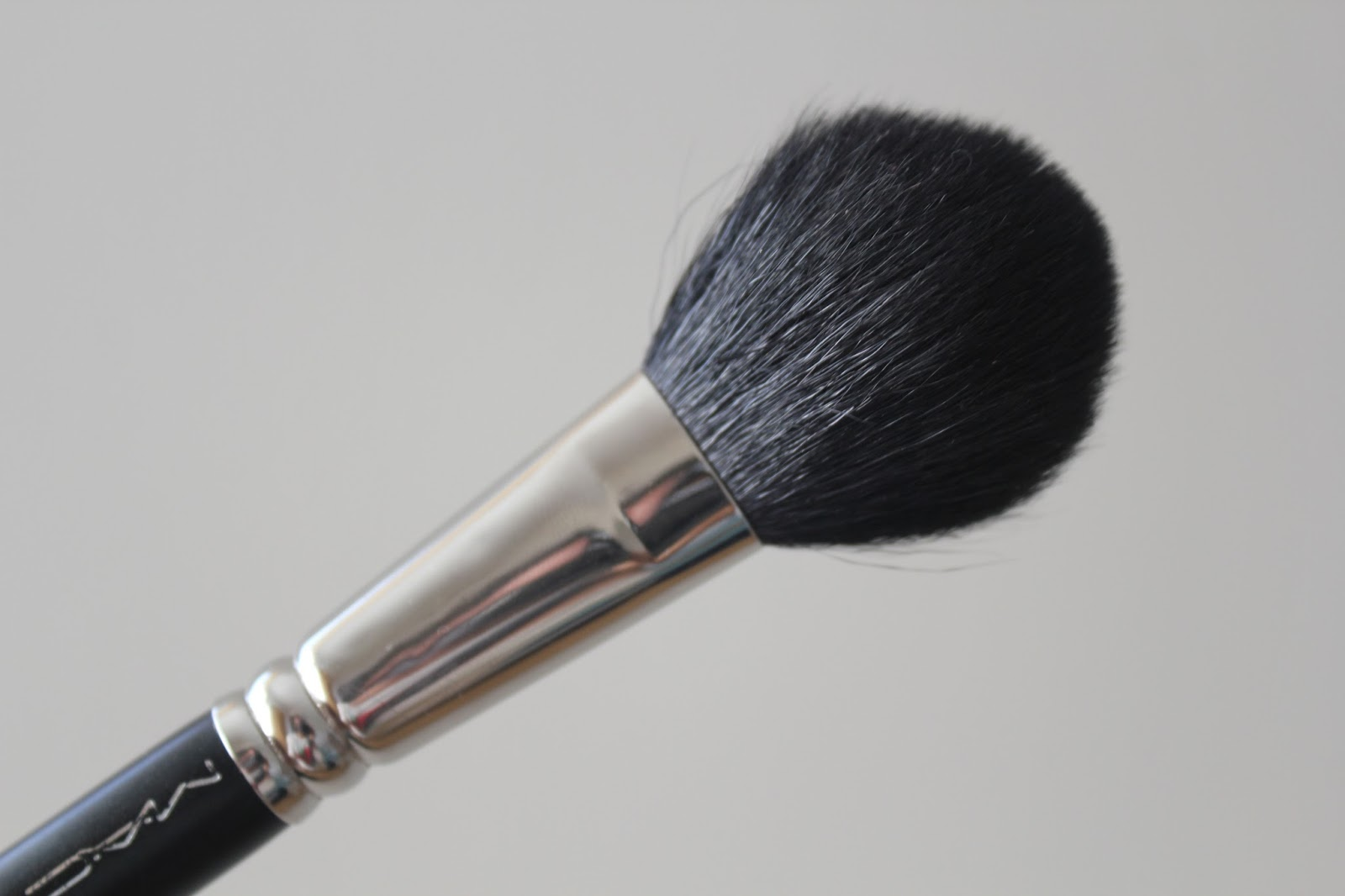 DAZZLE-n-SPARKLE: MAC 116 Brush and 165 Brush (Review)