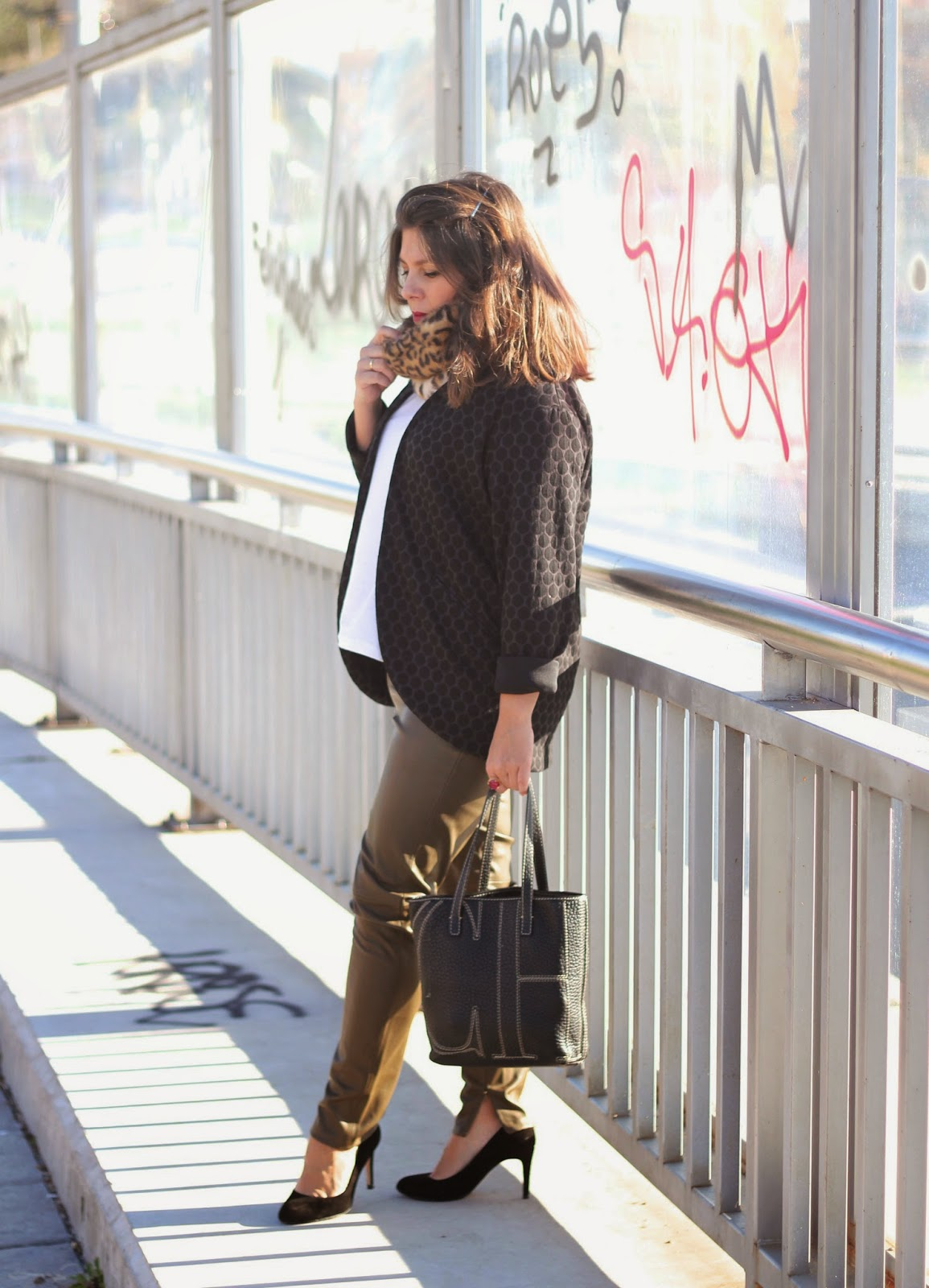 look-street_style-leather_kakhi_troussers-pant-black_jacket-dots
