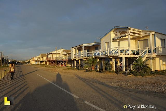 valérie blachier se balade dans les ruelles de la plage de gruissan photo blachier pascal
