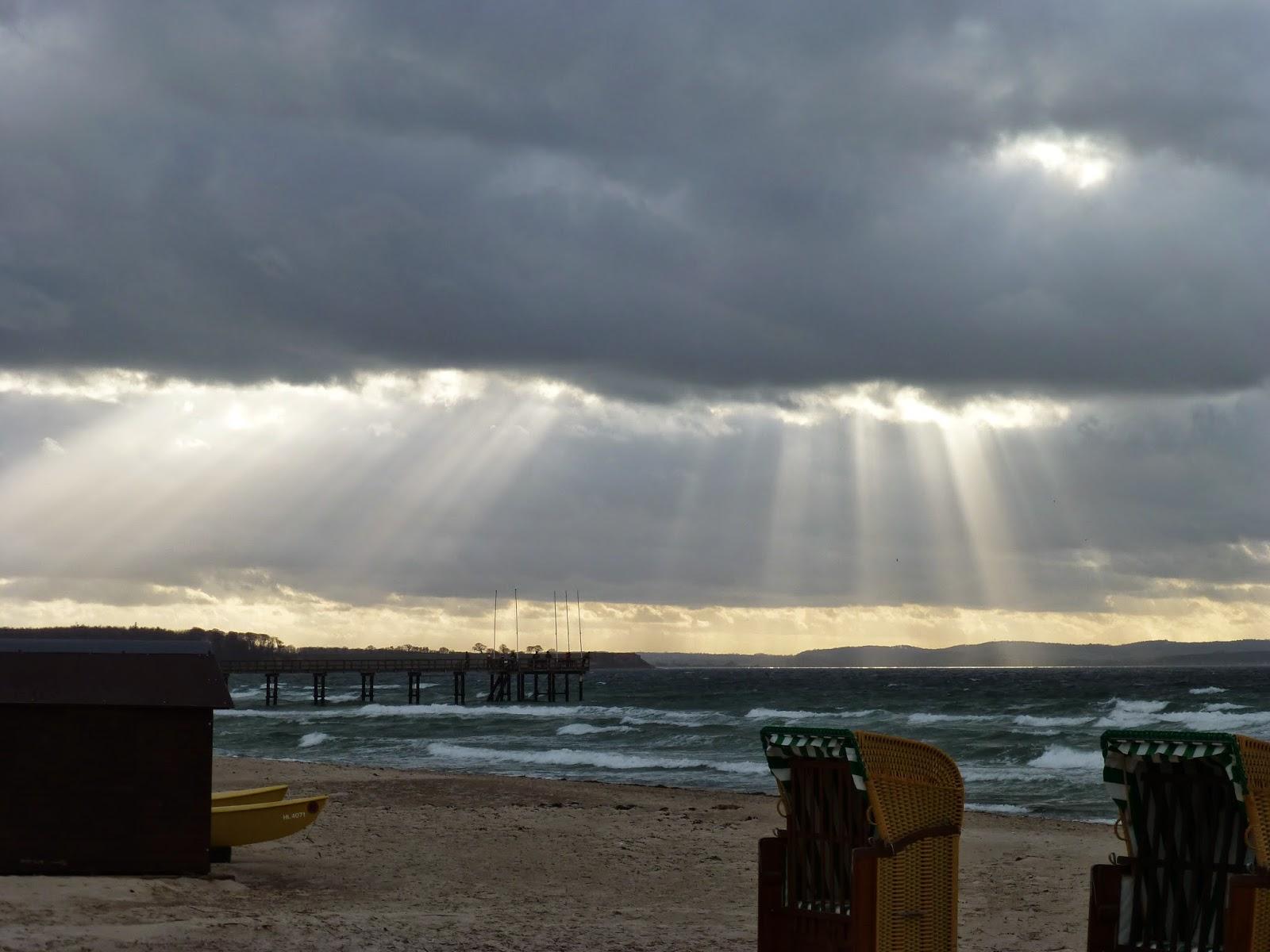 Strandkorb Sonnenuntergang Strand Hütte Sonnenstrahlen Wolken Himmel