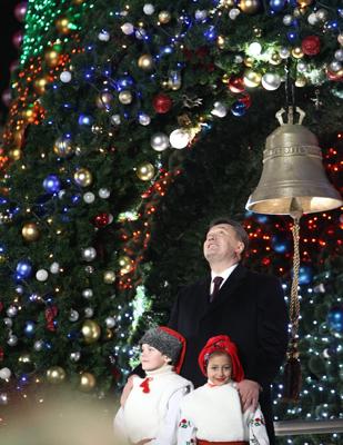 Фото Укринформ: новогодняя елка и Янукович
