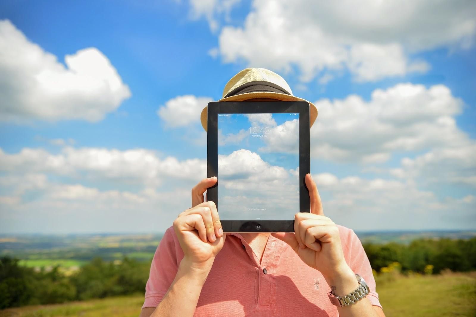 タブレットと青空の画像