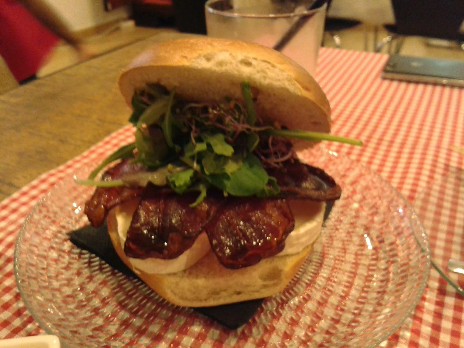 Bagel de bacon, queso de cabra y tomate. KOK. El Tapeador.