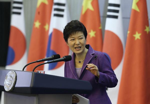 """""""นารีขี่ม้าขาวแห่งแดนกิมจิ"""" พัก กึน-ฮเย (Park Geun-hye, 박근혜) ประธานาธิบดีเกาหลีใต้"""
