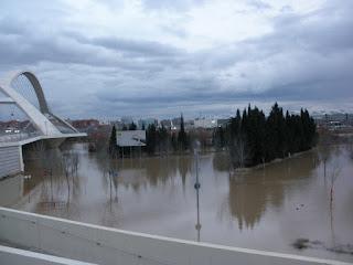 Puente del Tercer Milenio parking Parque de agua Crecida del río Ebro 22/01/2013 Zaragoza