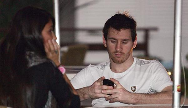 lionel messi tattoo. lionel messi with girlfriend