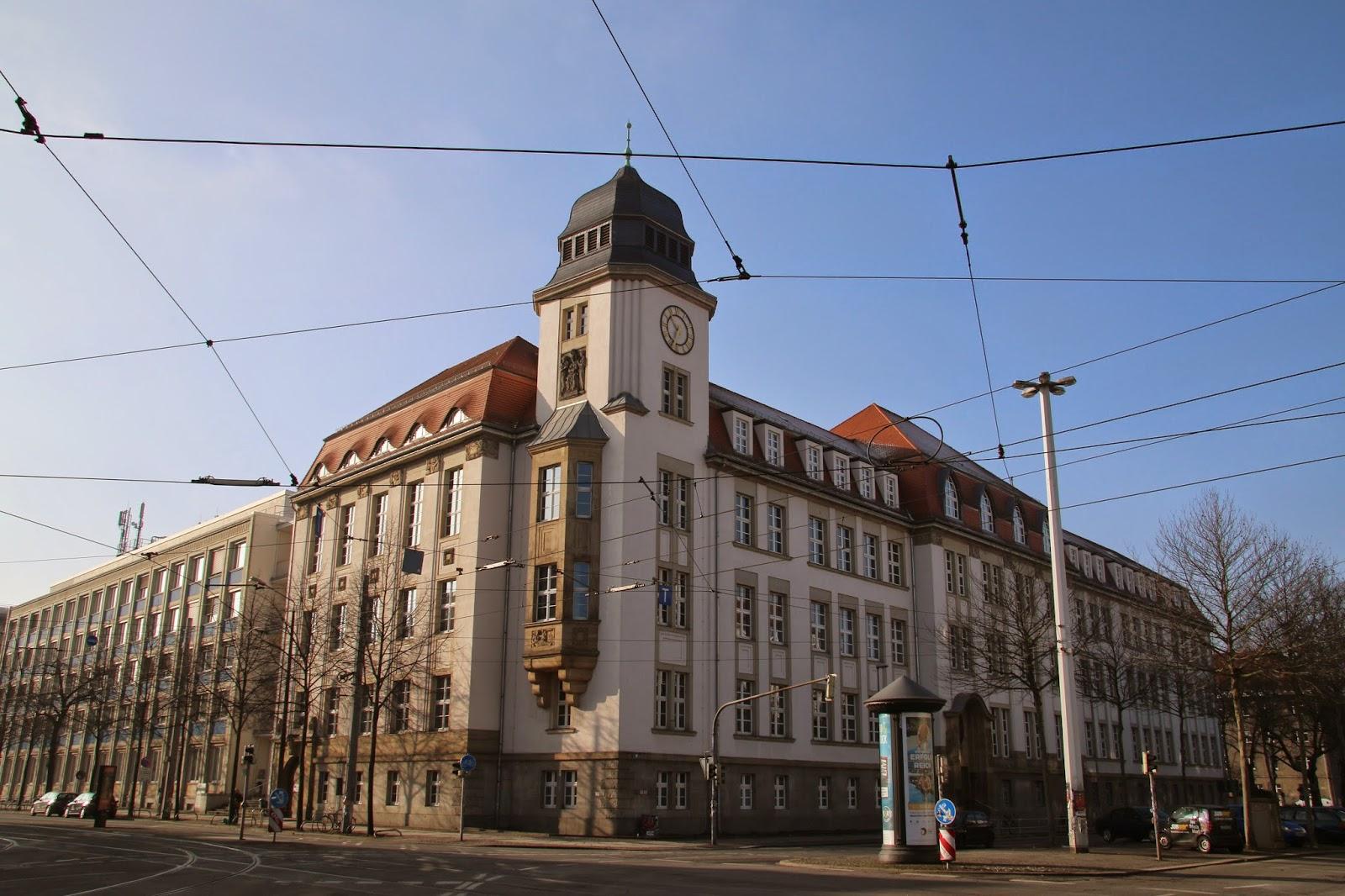 Der nach dem bekannten Architekten Albert Geutebrück benannte Geutebrück-Bau wurde von 1910 bis 1913 für die Königlich-Sächsische Baugewerkenschule zu Leipzig erbaut und beherbergt die Hochschule für Technik, Wirtschaft und Kultur Leipzig - das Gebäude befindet sich in Ecklage Karl-Liebknecht-/Richard-Lehmann-Straße