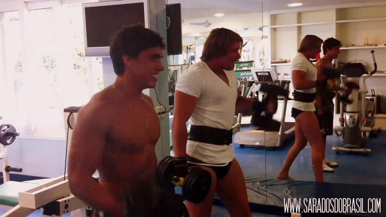 Cena do vídeo que mostra Thor levantando dois halteres de 30 kg ao lado do amigo. Foto: Reprodução