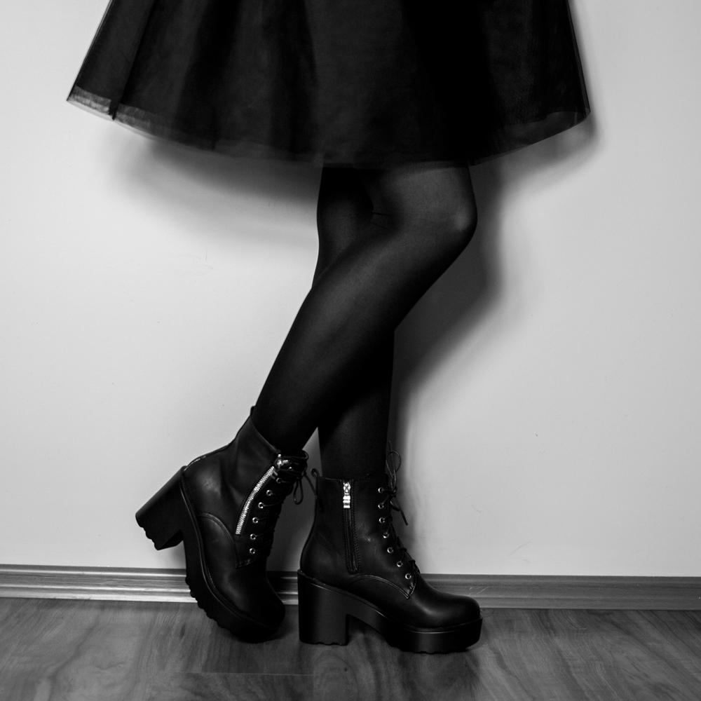 rozkloszowana spódnica botki na słupku blog modowy